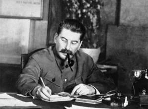 """""""Los comunistas no tienen por qué guardar encubiertas sus ideas e intenciones. Abiertamente declaran que sus objetivos sólo pueden alcanzarse derrocando por la violencia todo el orden social existente"""".  (K. Marx – F. Engels, Manifiesto del Partido Comunista)"""