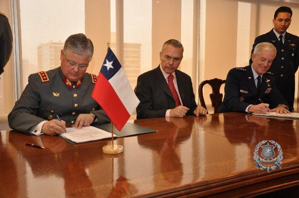 General Douglas Frazer, comandante del Comando Sur (derecha), en su visita a Chile. FOTO: Subsecretaría de Defensa
