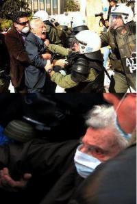 Manolis Glezos Mikis Theodorakis en las protestas.