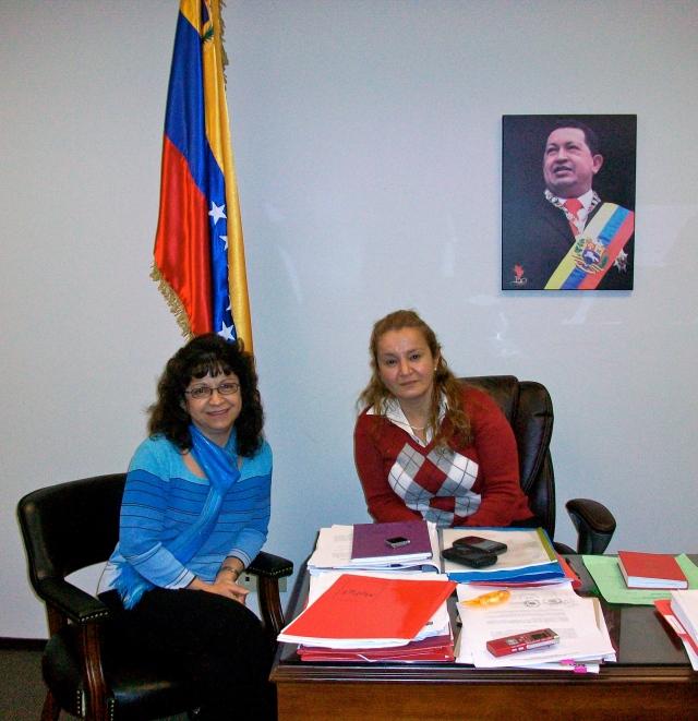 Ximena Pino, de Radio Chile Y El Mundo, conversando con la Sra. Merli Vanegas Consul de la Republica Bolivariana de Venezuela en Vancouver, Canada