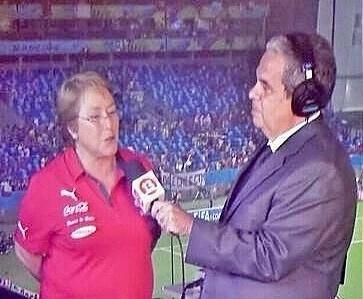 Con razón Bachelet no apoya a los trabajadores de la Coca Cola (en huelga hace tres días, por si no lo sabían los grandes genios de la política), porque lleva la camiseta puesta por la misma Coca Cola. Si al final su cargo que tuvo en la ONU mujer fue promovido por el régimen corporativo de los Estados Unidos, ¿ O NOOOOOOOOOOO?????